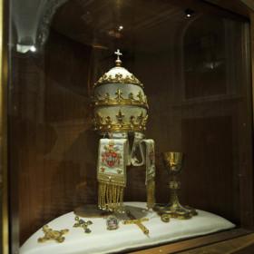 Tiara calice oggetti appartenenti a Papa Roncalli.
